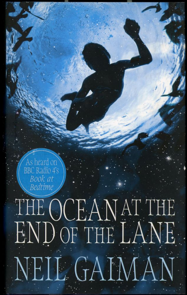 THE OCEAN AT THE END OF THE LANE. Neal Gaiman.